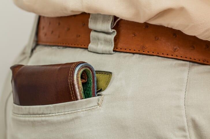 男性がベルト付きのズボンを履いている画像