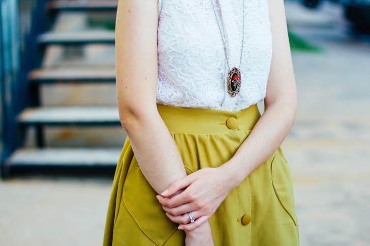 ネックレスを着用している女性の写真