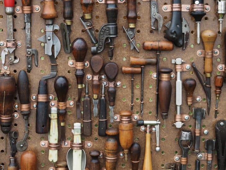 工具がたくさん置かれた写真
