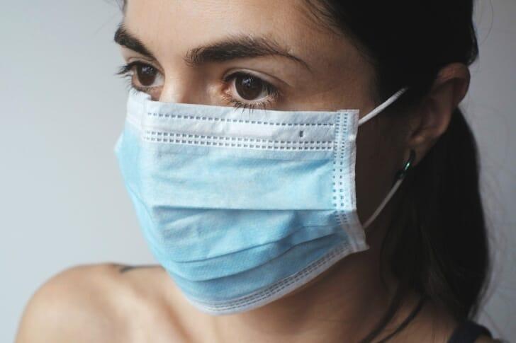 女性がマスクを着用している画像