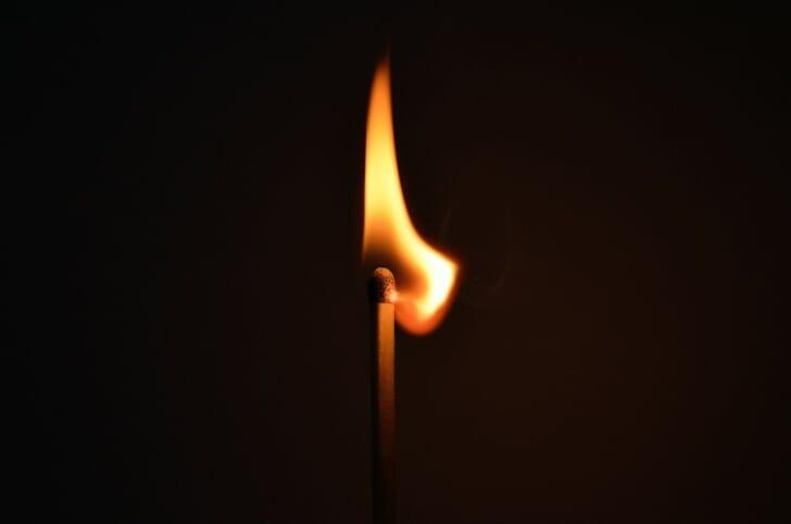 炎が暗闇で燃えている画像