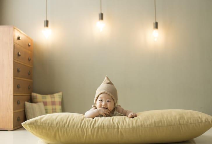 マットの上で笑う赤ちゃんの写真