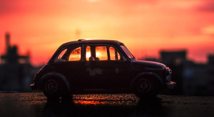 夕焼けに照らされるミニカーの写真