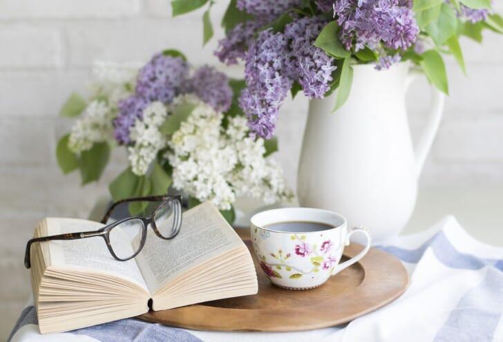 メガネと本と花の写真