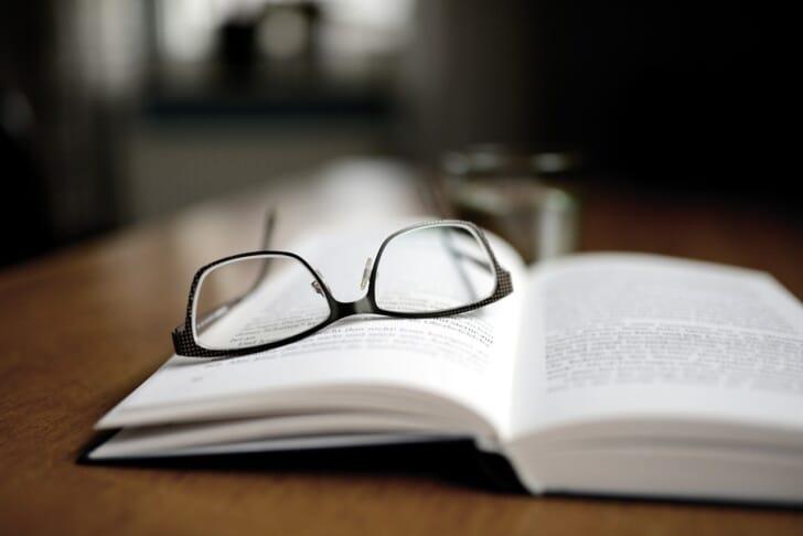 本にメガネが逆さに置かれている写真