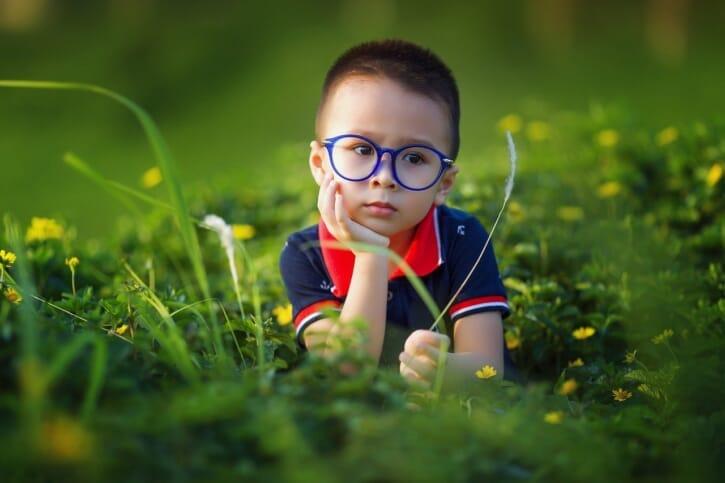 メガネをかけた子供の写真