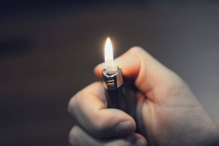 ライターの火をつけている写真
