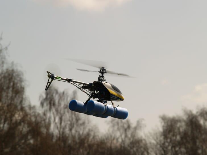 外でラジコンを飛ばしている写真