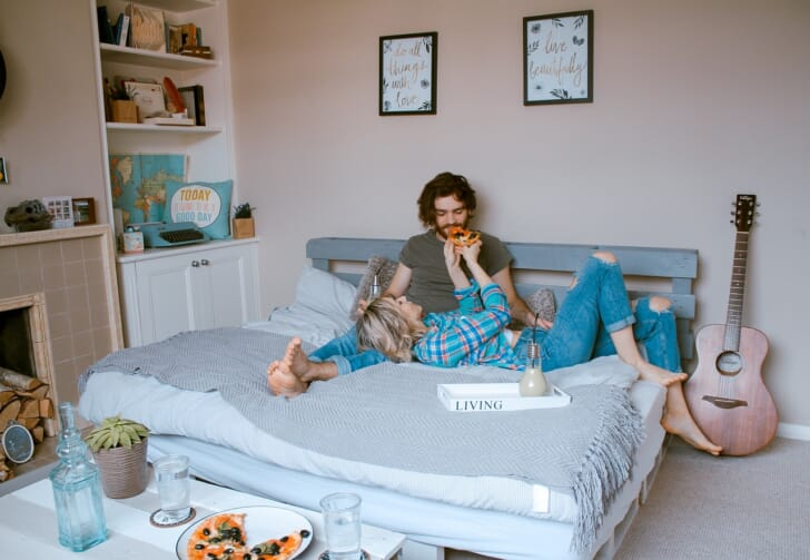 ローベッドの上で過ごすカップルの写真