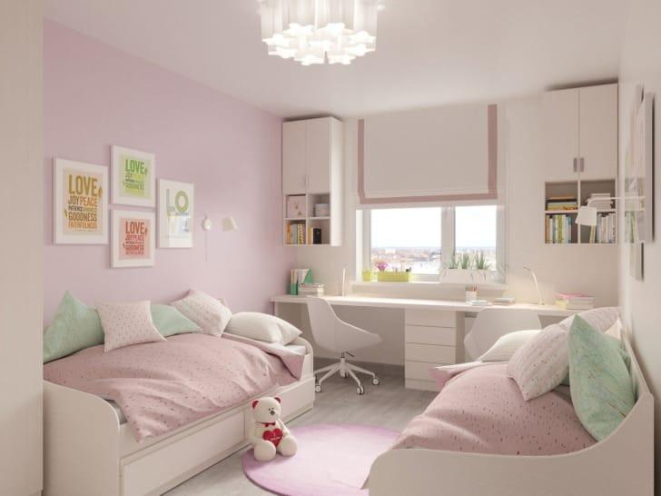 ピンクの壁紙がかわいい子供部屋の写真