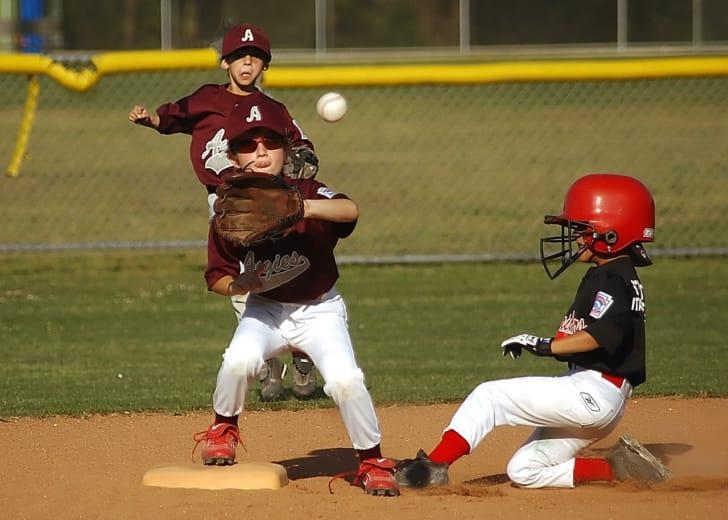 野球をする子供たちの写真