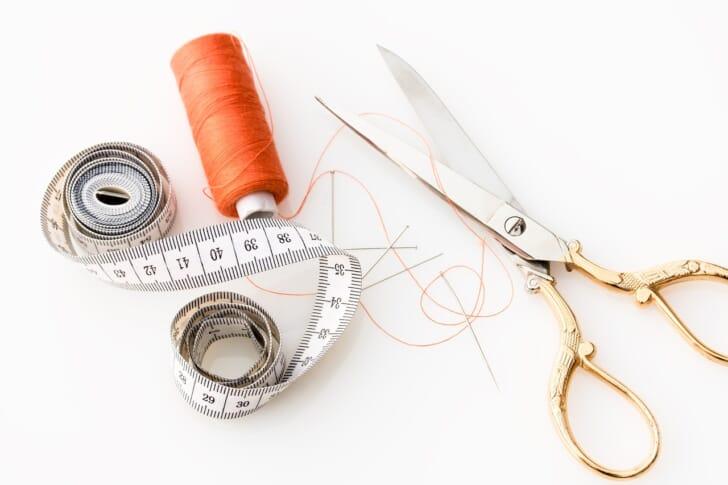 巻尺と裁縫道具の写真
