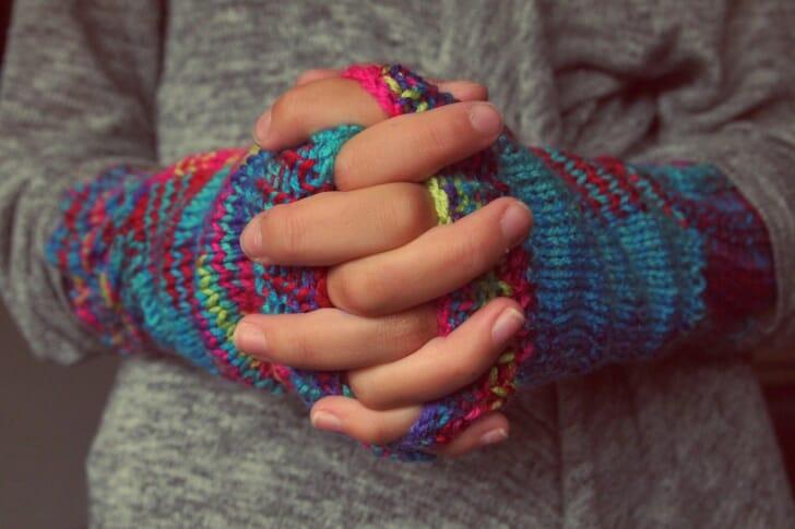 手袋をして、手を前で組んでいる画像