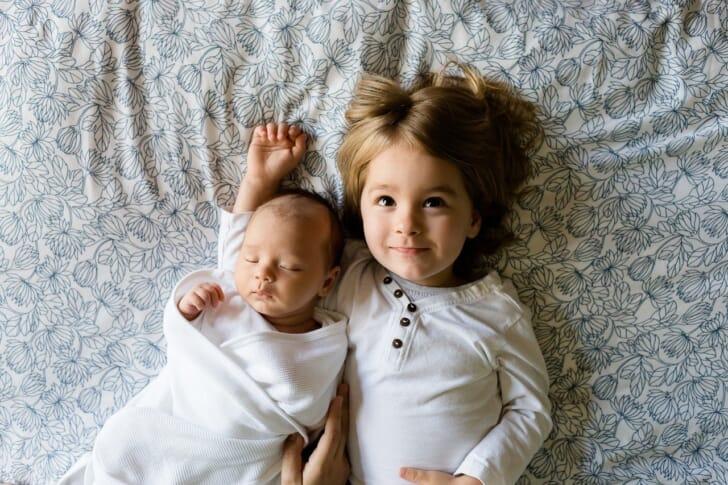 乳幼児と幼児が並んでいる写真