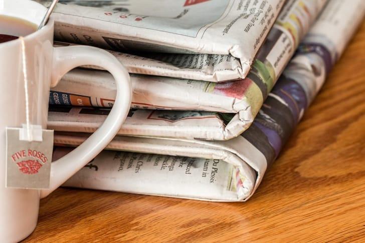 重ねられている新聞の写真