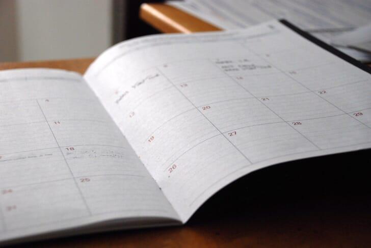 日記帳を開いている写真