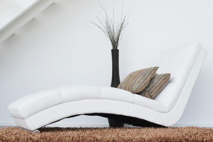 腰枕が置いてあるソファの写真