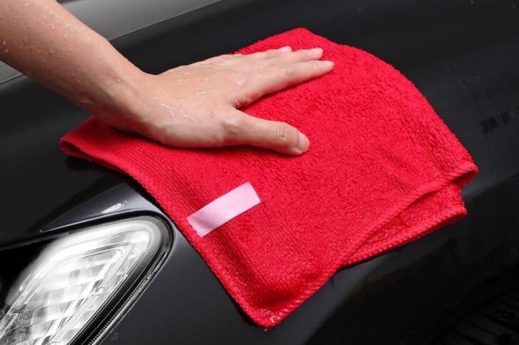 洗車タオルで車を拭く写真