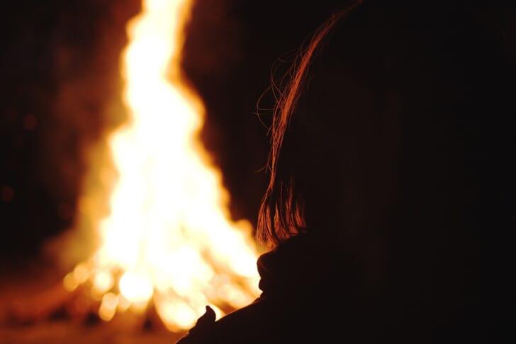 焚火を楽しむ人の写真