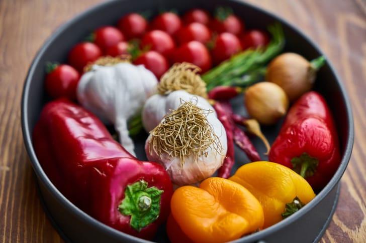 鍋にニンニクやミニトマトなどが入っている写真