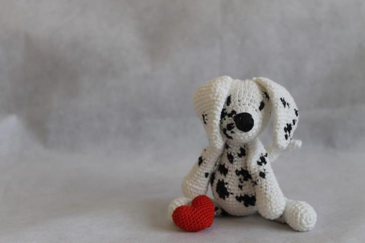 モノクロ配色がおしゃれな犬のぬいぐるみの写真