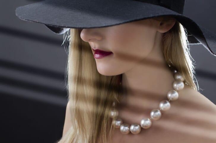 パールのネックレスをつけた女性の写真