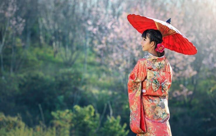 着物を着て和傘を指している女性の写真