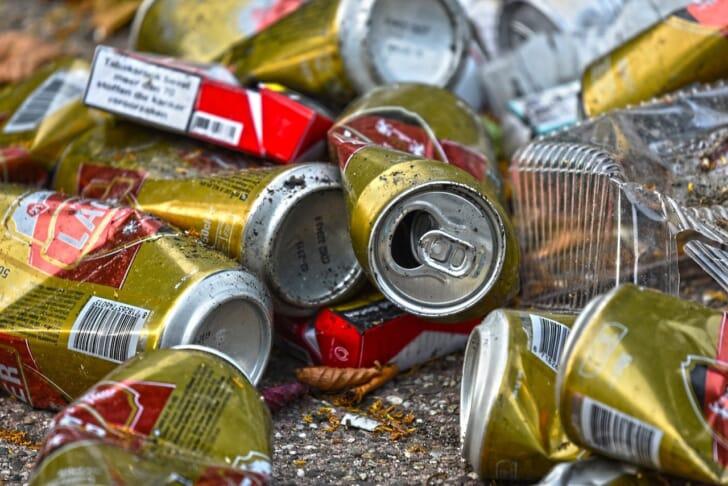 空き缶がたくさんある写真