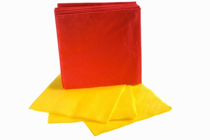 正方形の赤と黄色の紙エプロンの画像