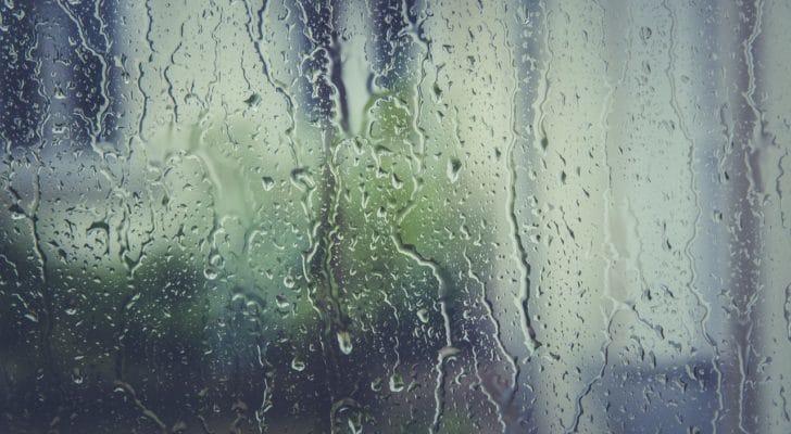 窓に結露がついている写真