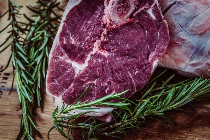 肉が副菜の上に乗っている画像