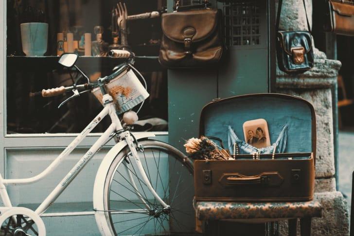 街中に置かれた自転車の写真