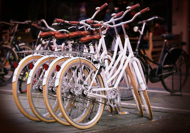 自転車がたくさん駐輪された写真