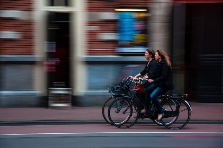 自転車で街を走っている写真