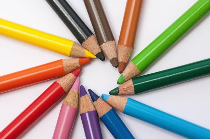 色鉛筆を円状に並べている写真