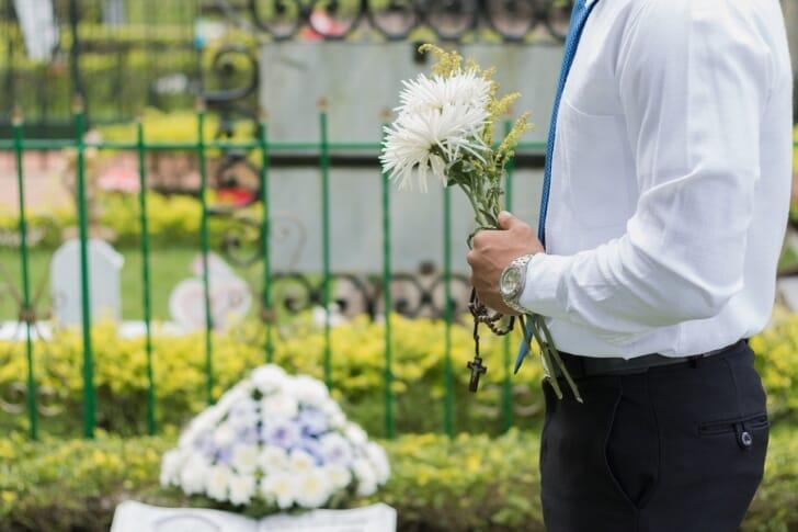 花をたむける男性の写真