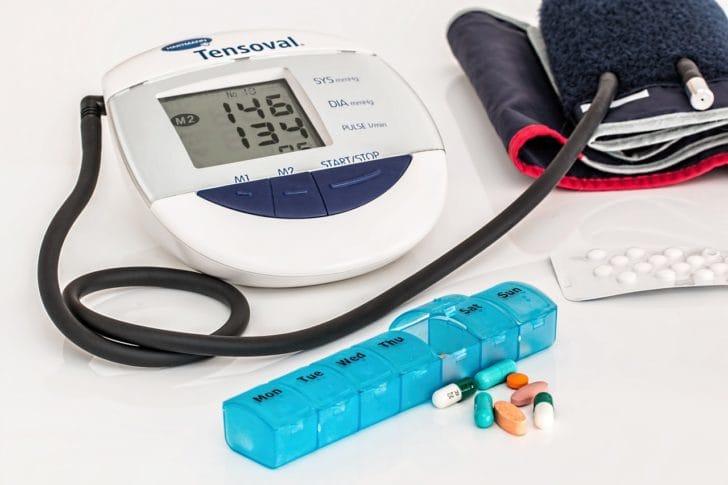 ピルケースと血圧計の写真
