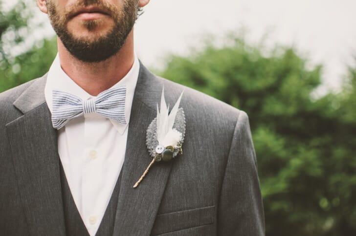 結婚式で蝶ネクタイを身に付けている人の写真