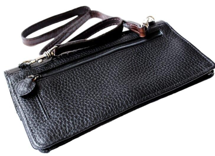 ショルダーストラップ付きの財布の画像
