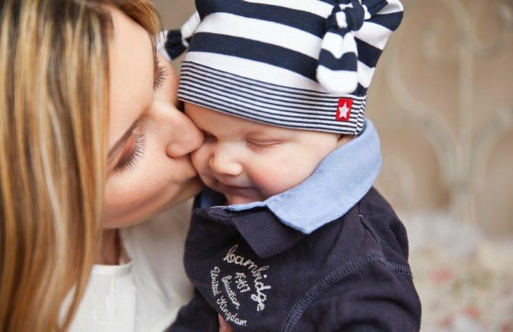 赤ちゃんにママがキスしている写真