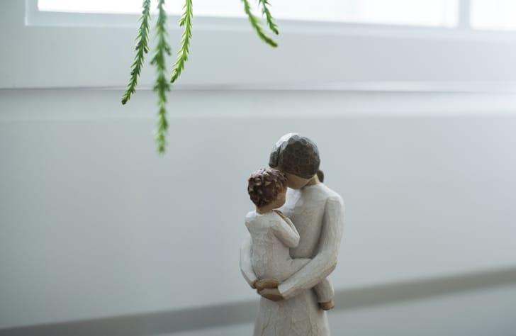 赤ちゃんとお母さんのオブジェの写真