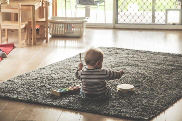 引き戸窓のある部屋で赤ちゃんが遊んでいる写真