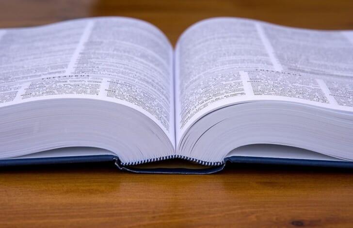 英和辞書が開かれている写真