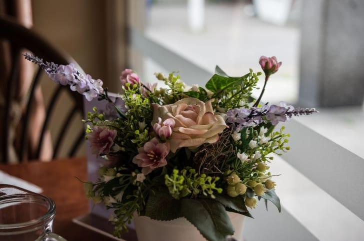 テーブルの上に造花が飾られている写真