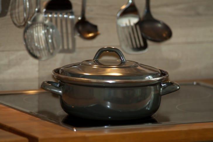 黒い無水料理鍋がIHの上に合う写真
