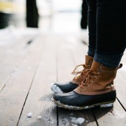 スノーブーツをはいた人の足元の写真