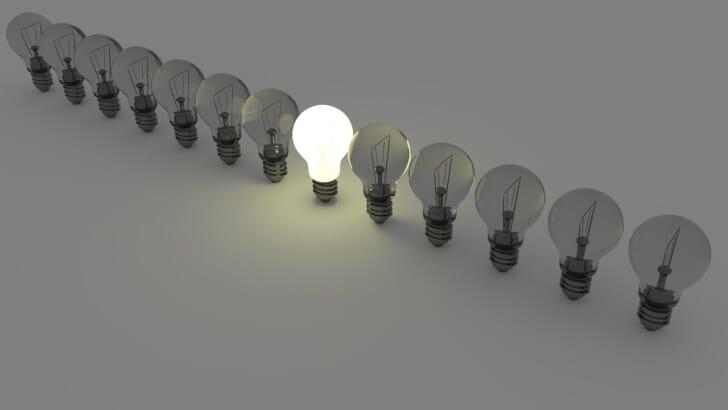 並んだ電球の写真