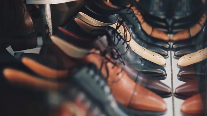 革靴がたくさん並んでいる写真