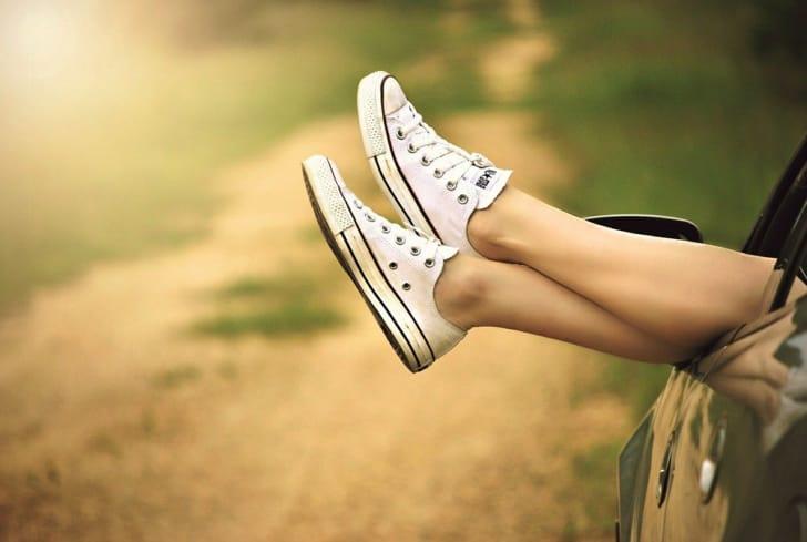 白いスニーカーを履いた足が写っている画像