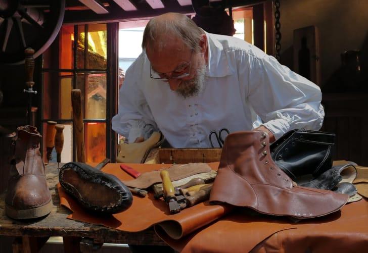 靴職人の作業風景の写真